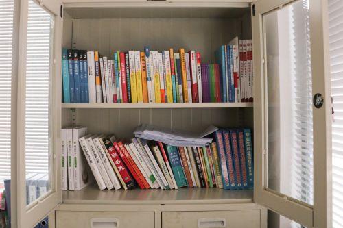 书柜里摆着关于职业规划的书籍【袁欣羽】