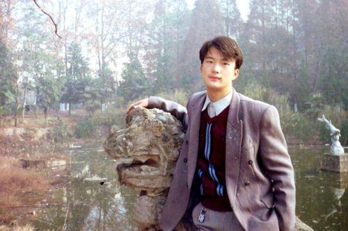 1998年来到华农 在青年湖照相