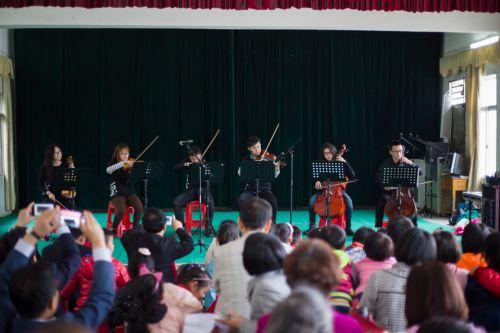 10.《弦上》艺术团的弦乐队为大家演奏了鸿壮的一曲 伍儆人