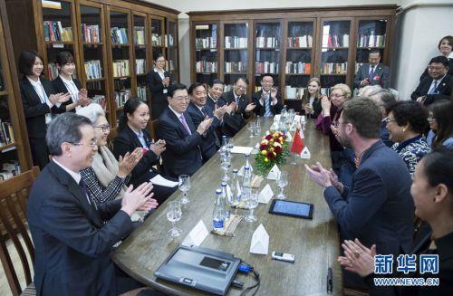 图为4月15日,张德江同维尔纽斯大学孔子学院师生互动交流。左5为李梦圆。