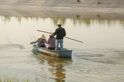 4.同学们划着小船往鱼塘泼洒豆浆,作为水生物的肥料