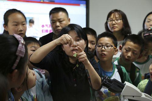 赵毓教授向小朋友们讲解知识