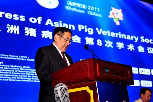 大会主席、中国工程院院士陈焕春教授致开幕词