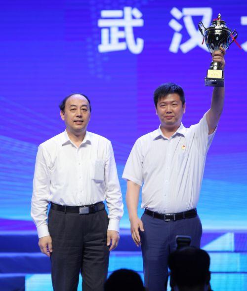 """1周洪宇给获得""""挑战杯""""的高校颁奖"""