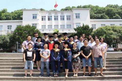 胡荣桂老师(二排左4)和学生