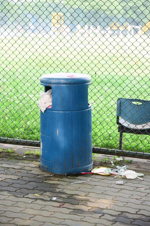 6、垃圾并没有完全投入垃圾桶内,一部分残留在垃圾桶外 韩叙