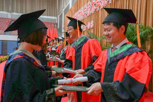 颁发毕业照和纪念证书1