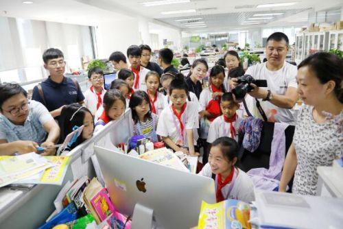 《中国儿童报》的美编让孩子们亲身体验编辑报纸的乐趣