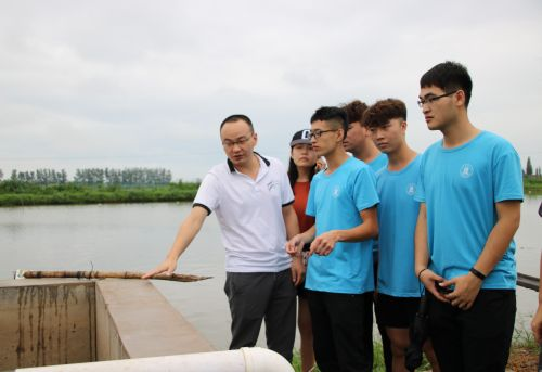 侯杰博士为赴荆州市崇湖渔场实践团队讲解人工湿地工作原理