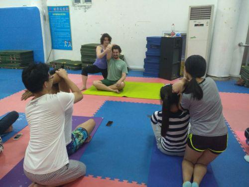 R&k夫妇在教瑜伽