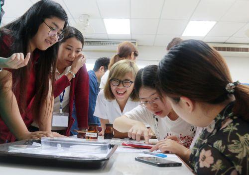 9 双方同学共同讨论开展泰国香米鉴定实验