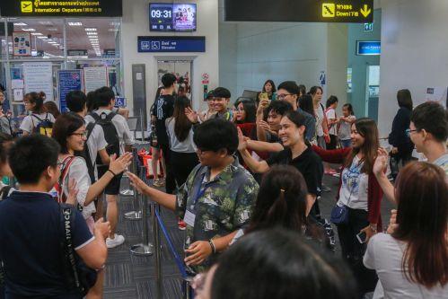 18 清迈大学师生到机场送别我校师生