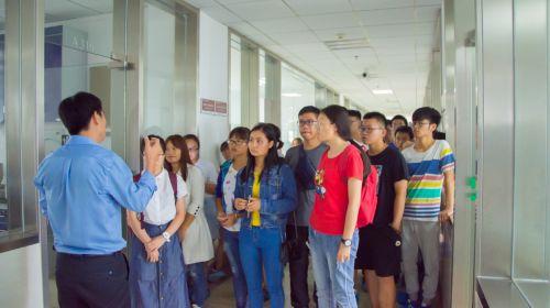 老师带领同学参观第二综合楼 供图朱志杰