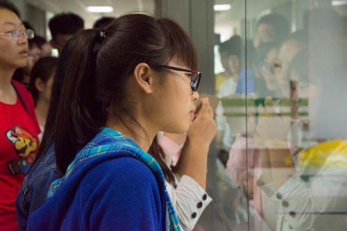 新生们仔细观察实验室 供图朱志杰