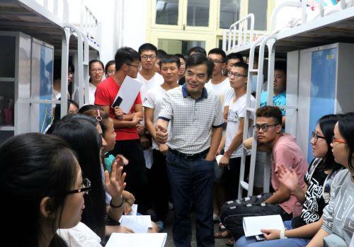 水产学院张韶东参加新生故事会并给学生点赞_副本