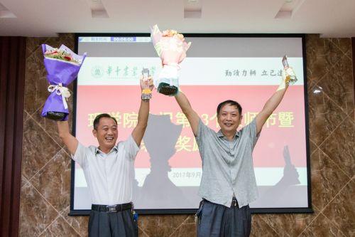 老教师陈长水和丁孺牛收到学生献的鲜花【刘晓笛 供图】