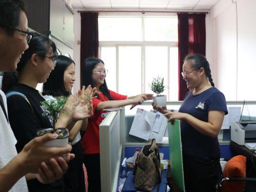 (摄影:张云飞)植保1503代表为周雁老师送上礼物