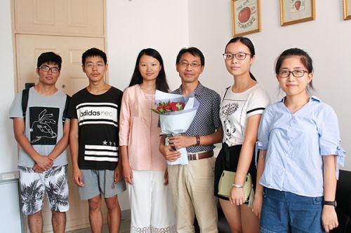 (摄影:荣洁)班主任罗朝喜老师与植保1601班同学代表合影