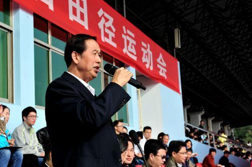 校党委书记李忠云教授宣布第五十六届田径运动会开幕