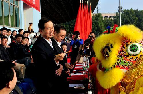 校党委书记李忠云教授、中国工程院院士陈焕春教授醒狮点睛