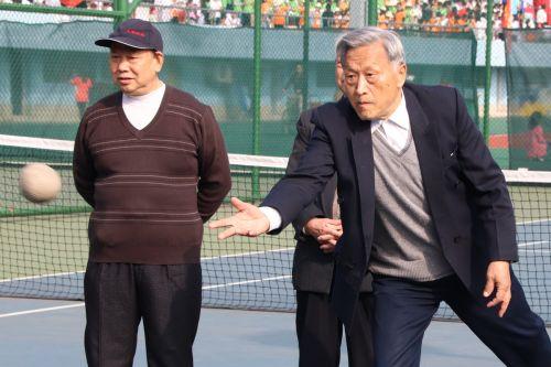 退休职工扔垒球 学通社记者 斯叶尔 摄
