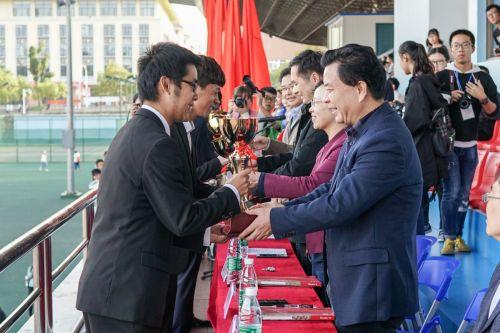 领导颁男子团体奖项(学通社记者 陈赞)