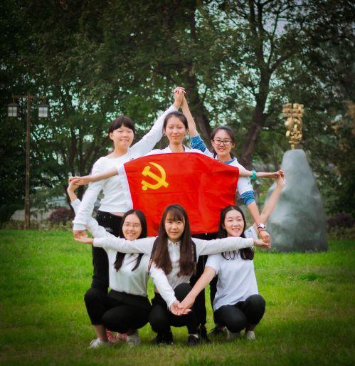 党校第四小组与党旗的合影