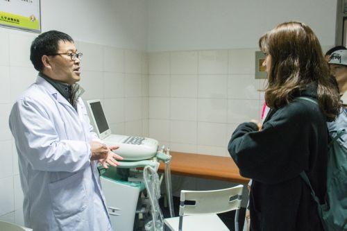 学生参观DR室并聆听医师讲解(学通社记者 彭雨格 摄)