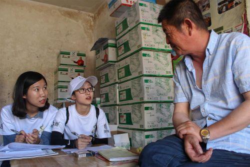 小组成员采访农资经销商(供图:黄青)