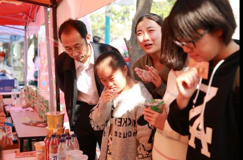 中国经济网总编辑 崔军先生观看同学们做食安实验