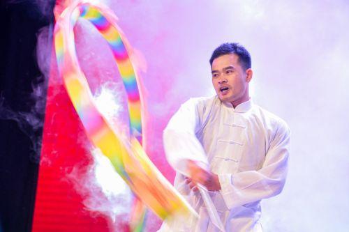 来自武汉体育学院和中南财经政法大学的舞龙表演(学通社记者 蒲振 摄)
