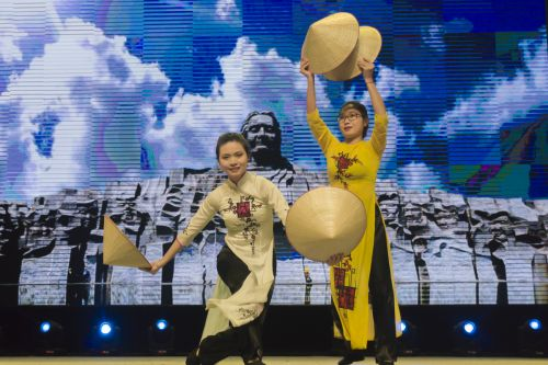 越南传统舞蹈表演(学通社记者 彭韵菲 摄)