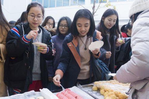 同学们争相品尝越南美食(学通社记者 彭韵菲 摄)