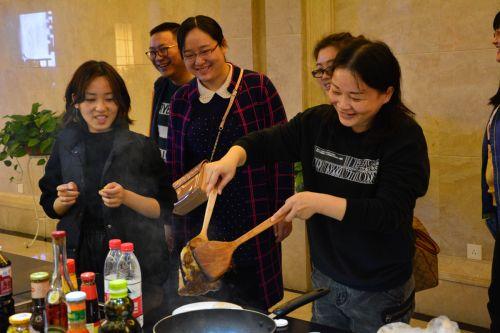 外国语学院陈婷老师正在尝试煎牛排