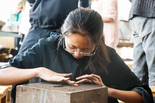 参赛选手对砂型细节进行处理1