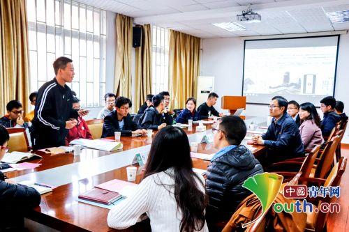 徐本禹与华中农业大学学子畅谈学习十九大精神心得体会。王石径 供图