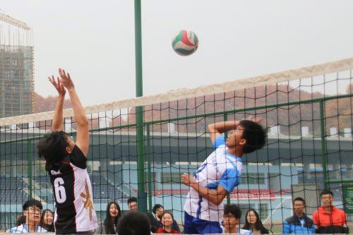 网前的对决(学通社记者 吴毅博摄)