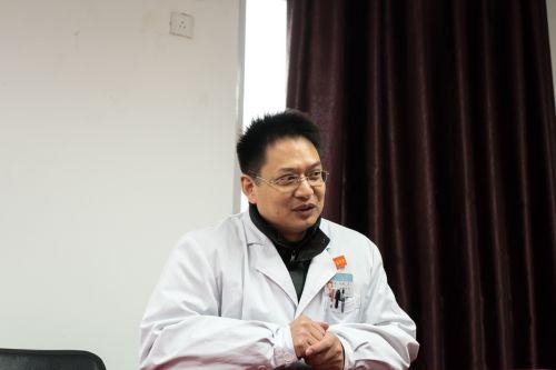 徐虎讲述年轻事迹 学通社记者 王梓安摄