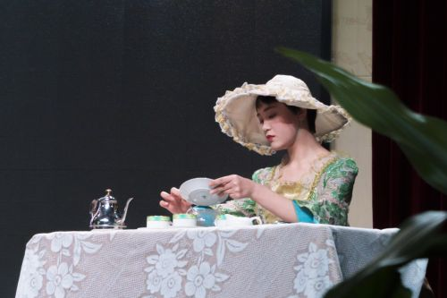 《茶渡》中西班牙凯瑟琳公主从盘拨茶叶入杯(学通社记者 彭韵菲 摄)