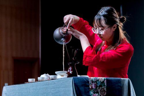 茶协成员展示茶文化[学通社记者 梁芮涵摄] (1)