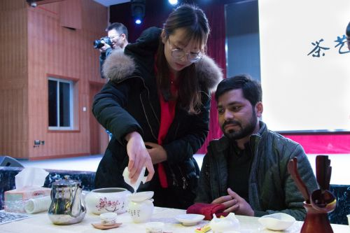 茶协成员为留学生展示茶艺[学通社记者 梁芮涵摄] (2)