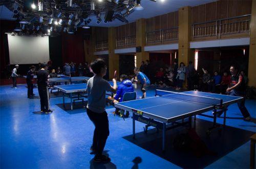 四个乒乓球场一同比赛