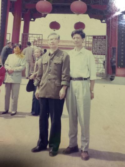 1987年,在现在的劲牌老厂与已经老技术厂合影长