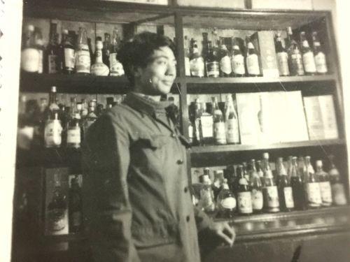 1982年,刚参加工作的田焕章在办公室样品柜旁