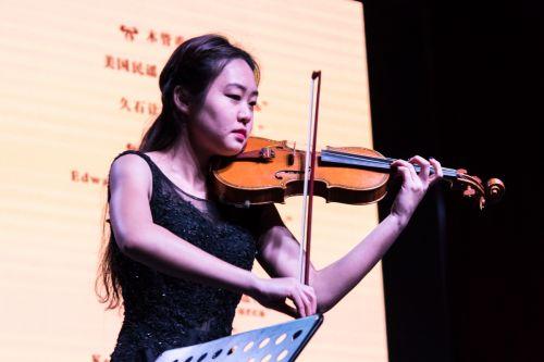 小提琴演奏者-学通社梁芮涵摄