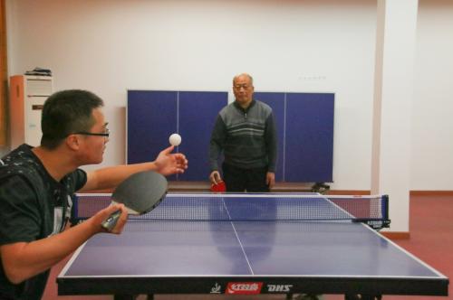 青年选手正在发球(学通社记者 吴毅博摄)