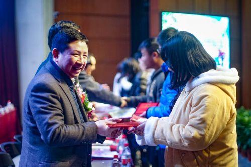 企业家为学生颁奖 学通社记者 王梓安摄 (1)