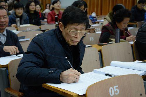 国家级名师郑用琏教授作为评委正在认真打分,摄影:何艺涛