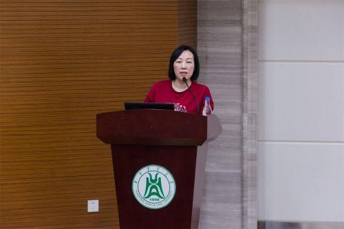 武汉市医疗救治中心副主任聂琦向同学们宣讲有关结核病防治的相关知识(学通社记者 彭雨格 摄)