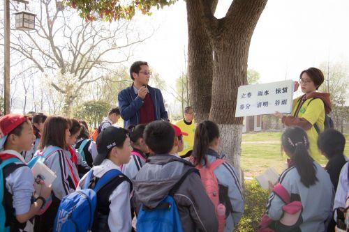 老师为其讲解节气 学通记者 张皓博 摄